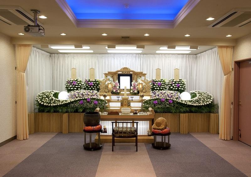 【式場30席】<br /> 会館4階に家族葬に最適な広さの葬儀式場があります。同じフロアのお清め所や控室をご利用になれます。