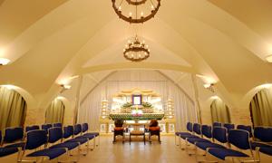 【2階 式場50席】<br /> 真白なドーム型の天井が特徴的な葬儀式場です。家族葬から一般葬まで対応できる広さです。