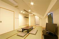 【ご遺族控室】<br /> シャワー室付で和室10畳のゆとりある広さのお部屋。ご宿泊が可能です。