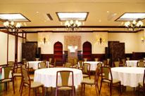 【1階 お清め所】<br /> 落ち着いた雰囲気の会食場。弔問客をおもてなしする、特別な寛ぎのスペース。