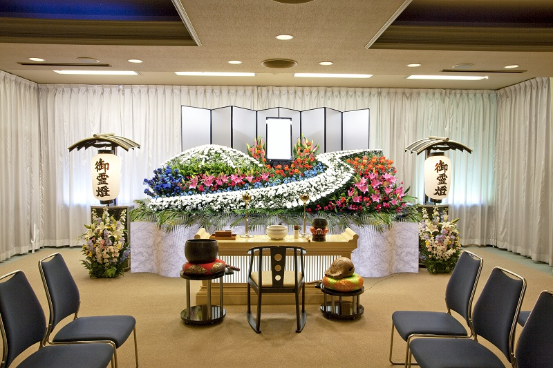 【3階 式場60席】<br /> 家族葬から一般葬まで執り行える、程よい広さの葬儀式場です。