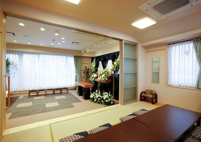 【4階 家族葬式場】<br /> 和室スペースもあり、ご自宅のようにお寛ぎ頂けます。