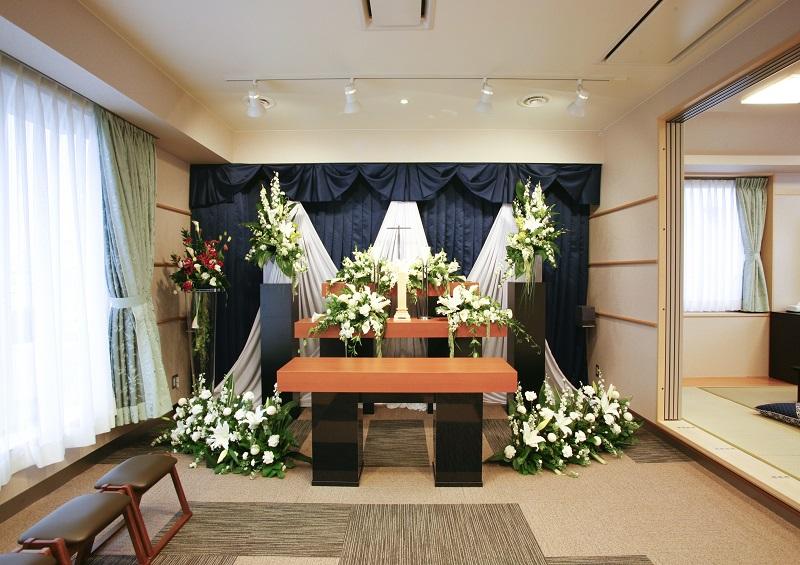 【4階 家族葬式場】<br /> 家族葬専用式場。少人数の家族葬に最適な広さの葬儀式場です。