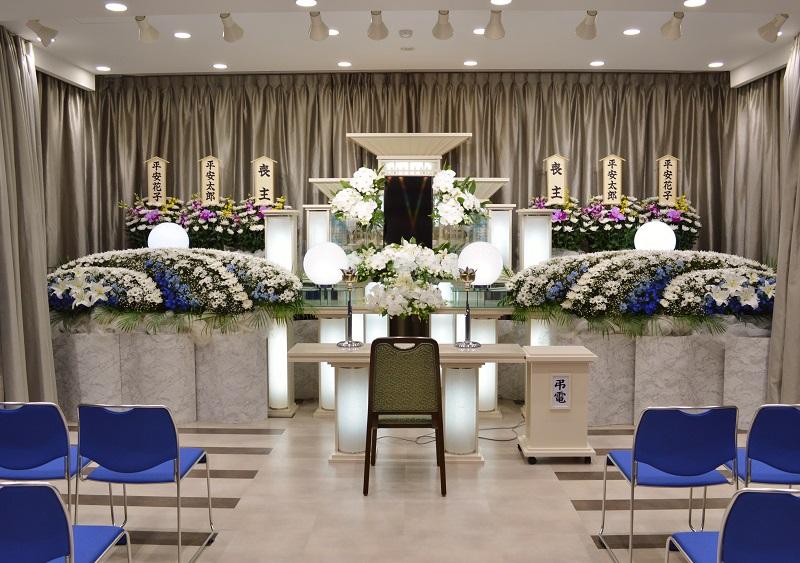 【3階 式場30席】<br /> 近代的なデザイン祭壇をご用意しております。また、ご希望により花祭壇をお飾りすることも出来ます。