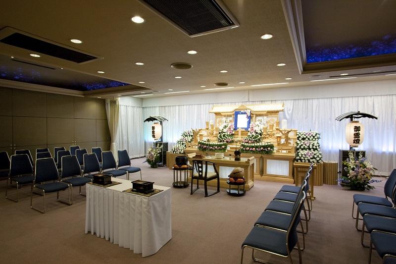 【2階 式場80席】<br /> 弔問客の多い葬儀でも、充分に対応出来る葬儀式場です。