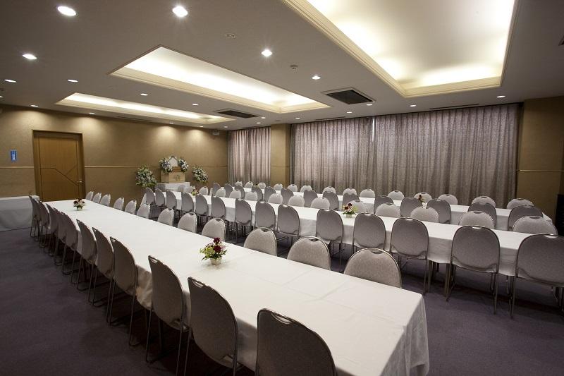 【2階 お清め所80席】<br /> 弔問客が多い葬儀でも、充分におもてなしする事ができる会食場です。