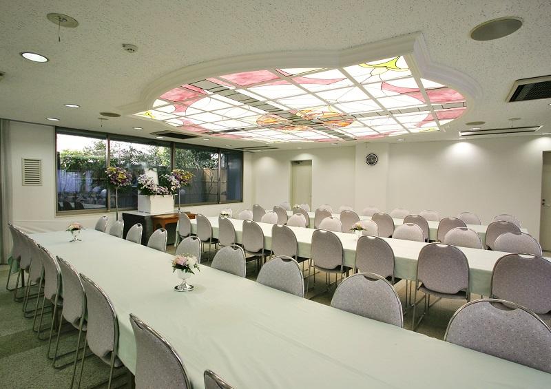 【お清め会場】<br /> 弔問客をおもてなしする会食場は、2式場分ございます。いずれも、ゆとりある広さで、充分にお寛ぎ頂ける会場です。<br />