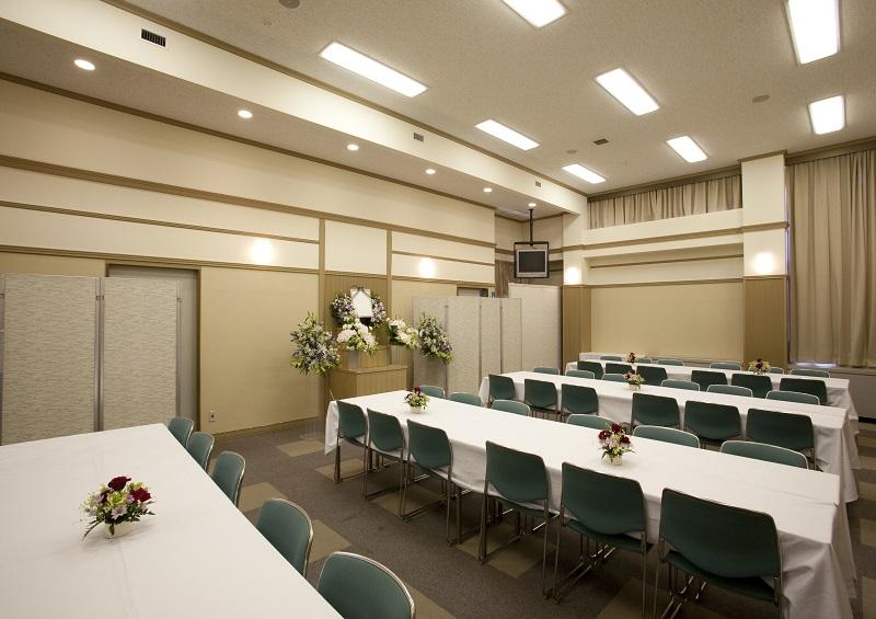 【2階 お清め会場72席】<br /> 少人数の葬儀から弔問客多い葬儀まで、おもてなし出来る、充分な席数の会食場です。