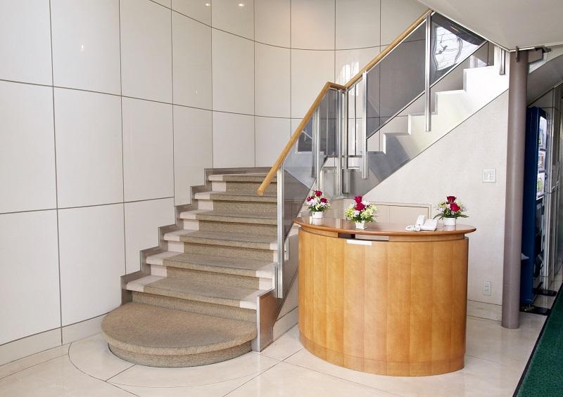 【1階 エントランス】<br /> 弊社ウェルライフビルの2階3階フロアが、葬儀施設であるウェルライフホール平安祭典 亀戸になります。