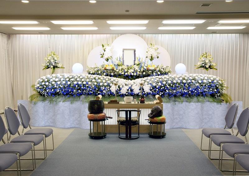 【3階 式場70席】<br /> ゆとりある広さの葬儀式場。ご希望により、花祭壇もお飾りすることが出来ます。