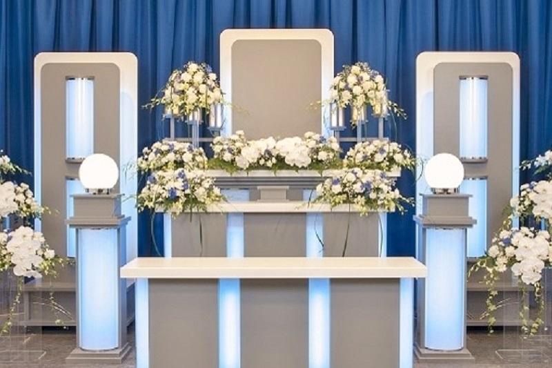 【家族葬専用式場】<br /> 平安祭典葛西会館には、家族葬に最適な広さの葬儀式場(25席)に、近代的デザインの祭壇をご用意しております。