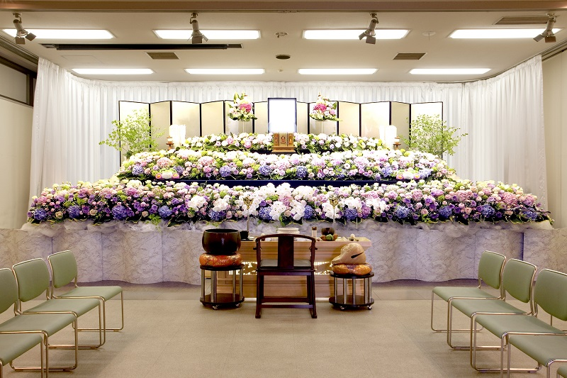 【本館 式場50席】<br /> 家族葬から弔問客の多い葬儀も対応出来ます。間仕切り壁を取り除くことで、120席の葬儀式場になります。