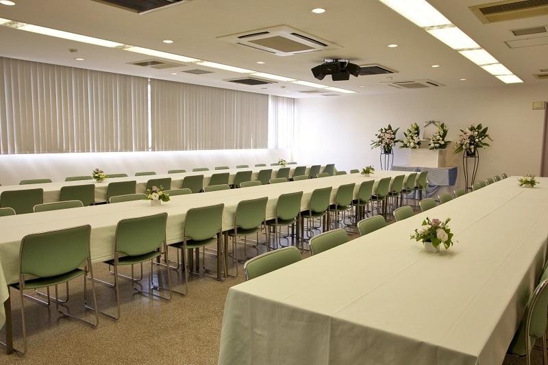 【本館お清め会場】<br /> 弔問客をおもてなしする会食場。少人数のご葬儀から弔問客の多い葬儀まで、充分に対応出来る会場です。