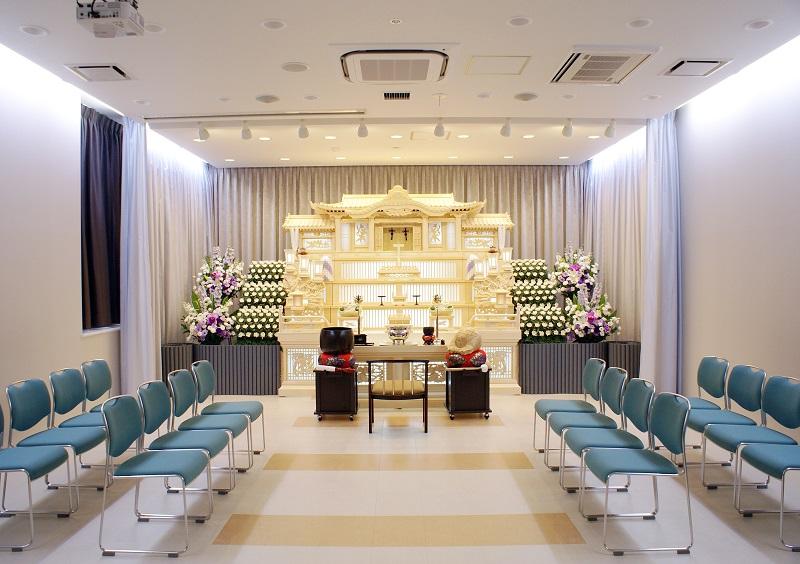 【葬儀式場】<br /> 2つの式場(各36席)は、スペース可変式の壁で仕切られており、1つの大式場(72席)にすることも可能です。