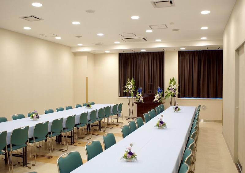 【お清め会場】<br /> 式場同様に2つの会食場(各48席)を合わせて使用することで、96席のゆとりある広さの会食場をご用意することができます。