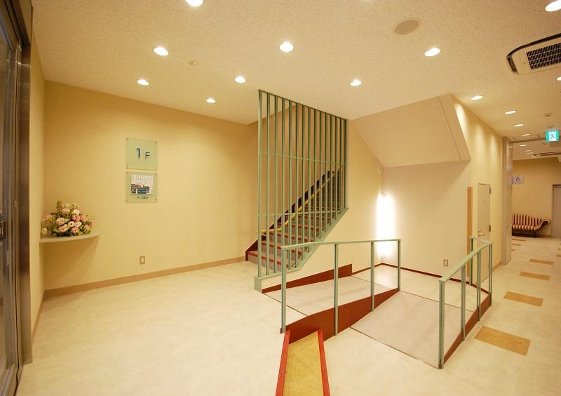 【1階 エントランス】<br /> 小岩駅から徒歩5分。蔵前通りに面したアクセスの良いセレモニーホールです。