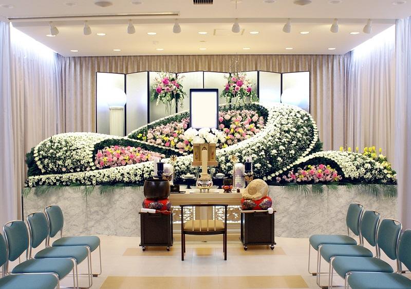 【オリジナル花祭壇】<br /> 数多くの花祭壇デザインをご用意しております。季節の花々で彩る花祭壇。平安祭典にお任せください。