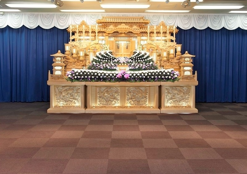 【2階 式場80席】<br /> 弔問客の多い葬儀にも対応できる地域最大級の葬儀式場。ゆとりある広さで、落ち着いた雰囲気の会場です。