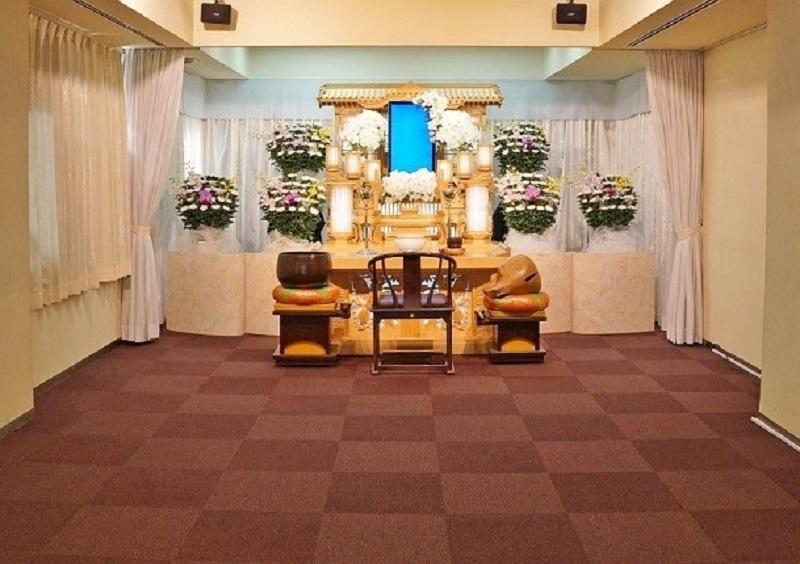 【1階 式場30席】<br /> 家族葬に最適な広さの葬儀式場。お清め会場の席数は充分ございますので、100名程の弔問客に対応できます。