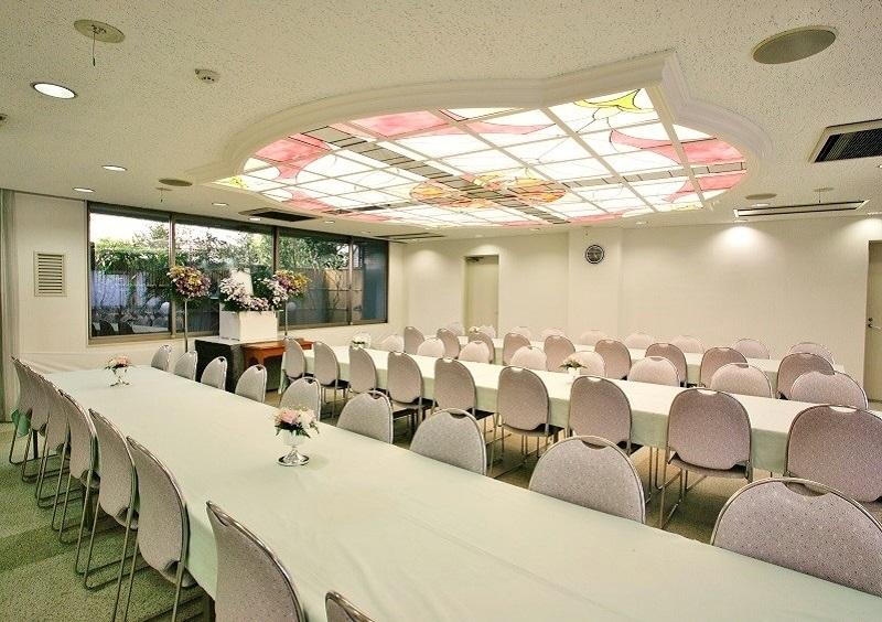【お清め会場】<br /> 弔問客をおもてなしする2つの会食場は、いずれもゆとりある広さで、充分にお寛ぎ頂ける会場です。<br />