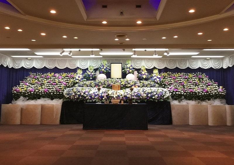 【オリジナル花祭壇】<br /> 花祭壇のお葬式も承ります。故人様へ感謝の想いを込めた花々で送る花祭壇。平安祭典にお任せください。