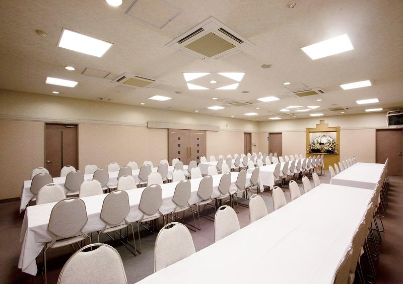 【お清め会場】<br /> ご弔問のお客様をおもてなしする充分な広さの会食場です。<br />