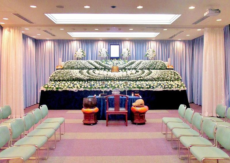 【葬儀式場50席】<br /> スペース可変式の式場。間仕切り壁を外すことで、最大席数120席まで増やすことが出来ます。
