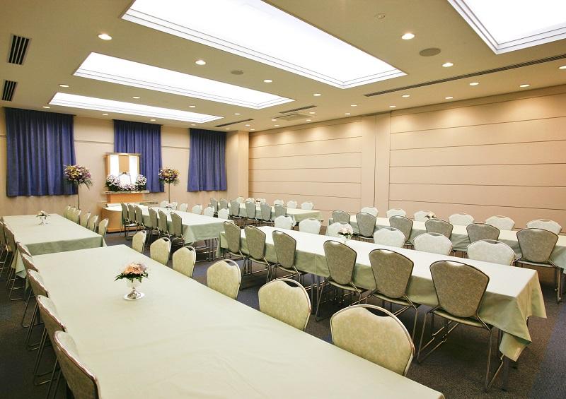 【お清め会場72席】<br /> 式場同様にスペース可変式の会場です。最大席数168席まで増やすことが出来ます。<br />