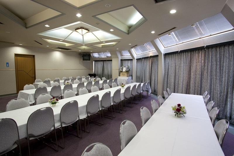 【3階 お清め所70席】<br /> ゆとりある広さで、落ち着きのある会食場です。