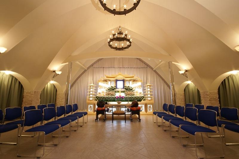 【2階 式場40席】<br /> 真白なドーム型の天井が特徴的な葬儀式場です。家族葬から一般葬まで対応できる広さです。