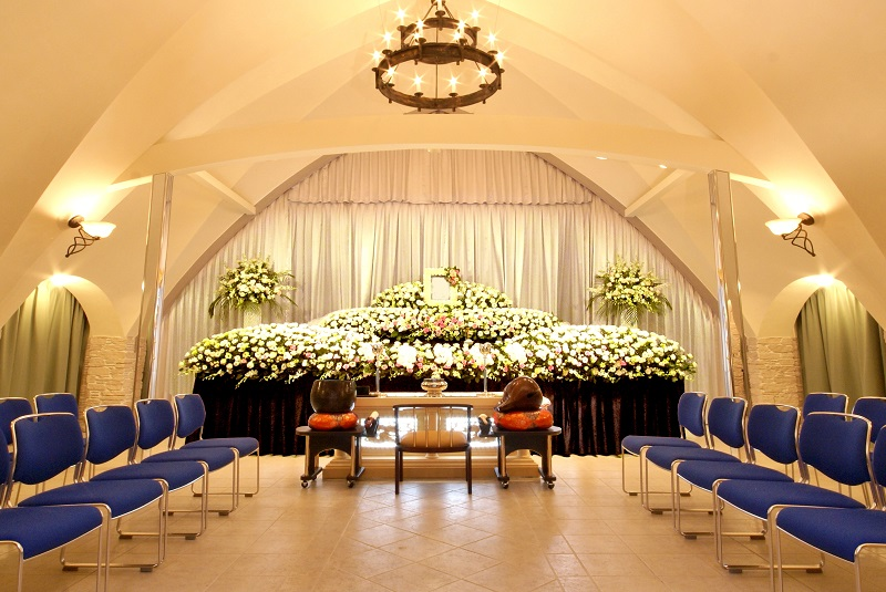 【オリジナル花祭壇】<br />  故人様への感謝の想いを込めて。季節の花々で彩られる花祭壇で送るお葬式。平安祭典にお任せください。