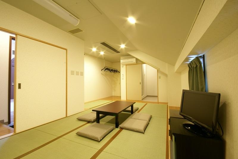 【遺族控室】<br /> シャワー室付で和室10畳のゆとりある広さのお部屋。ご宿泊が可能です。