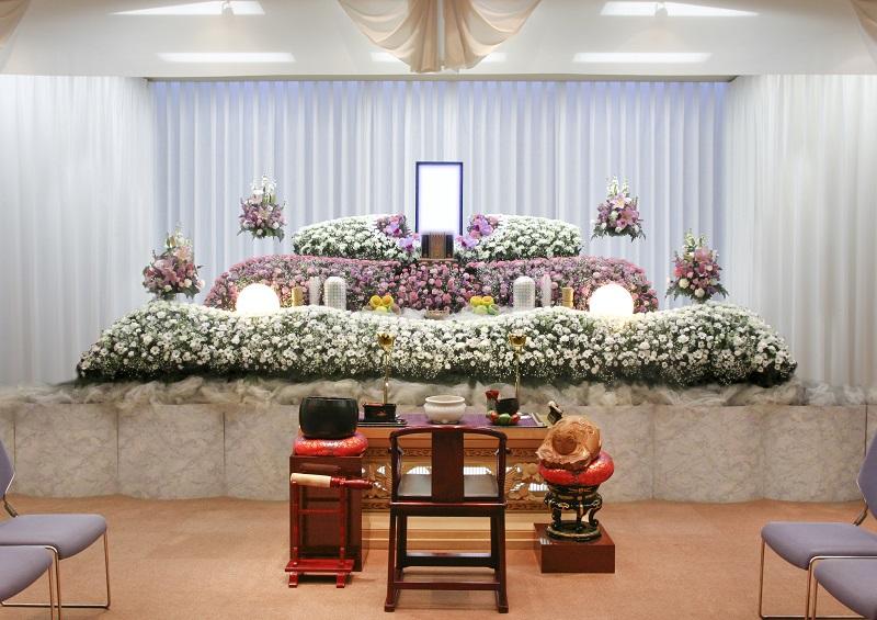 【オリジナル花祭壇】<br /> ご希望の花祭壇をお飾り致したす。季節の花々で送るお葬式。平安祭典にお任せください。