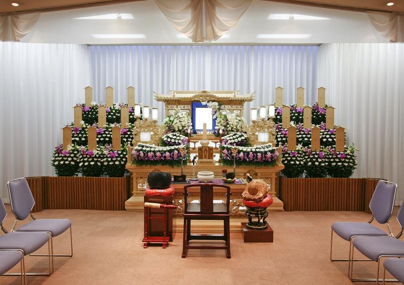 【1階 式場 50席】 <br /> 落ち着いた雰囲気の葬儀式場。家族葬から弔問客の多い葬儀まで執り行えます。