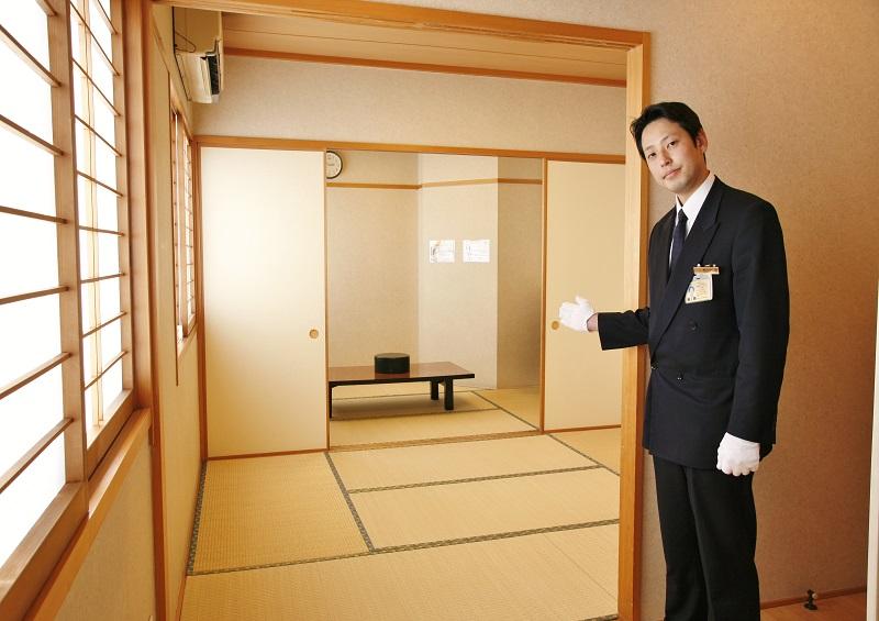 【遺族控室】<br /> 充分な広さの和室にシャワー室完備。ご宿泊可能です。