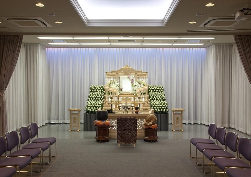 【2階 式場50席】<br /> 家族葬はもちろん、様々な葬儀が執り行える葬儀式場です。