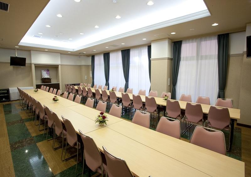【1階 お清め所60席】<br /> 少人数のご葬儀から一般葬まで、充分に対応出来る、ゆとりある広さの会食場です。
