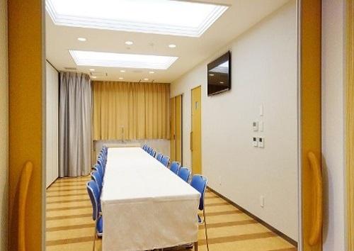 【2階 お清め所18席】<br /> 家族葬向けの会食場。落ち着いた雰囲気の中、少人数で過ごす最適な広さです。